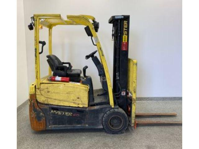 Hyster J40XNT electric narrow aisle sit down rider 3 wheel 4000lb forklifts