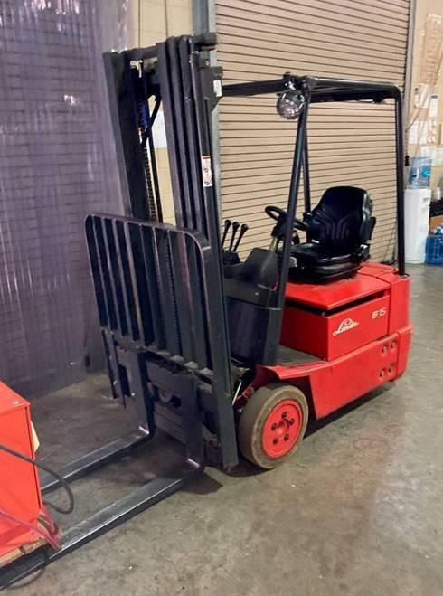 Linde E15-02 electric 3 wheel sit down rider narrow aisle 3000lb warehouse forklift