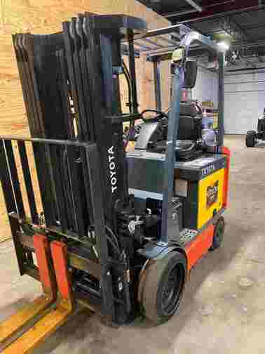 Toyota 8FBCU25 electric 4 wheel sit down rider 5,000lb warehouse forklift