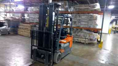 Toyota 7FBEU20 electric 3 wheel 4000lb sit down rider narrow aisle warehouse forklifts