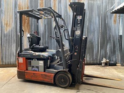 Toyota 8FBEU15 electric 3 wheel 3000lb sit down rider narrow aisle warehouse forklift